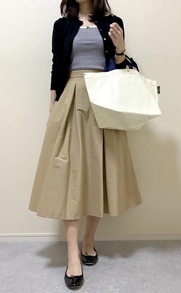 ベージュフレアスカートの着こなし・レディースコーディネート写真