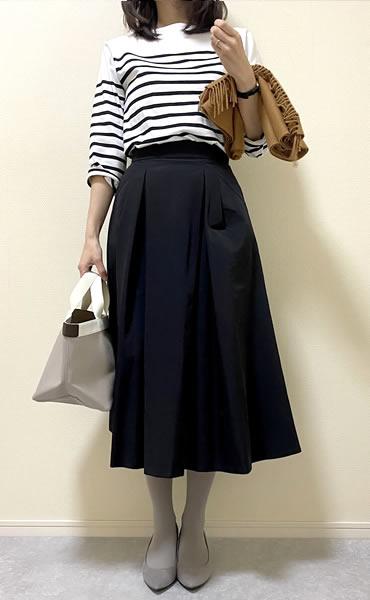 黒色フレアスカートの着こなし・レディースコーディネート写真